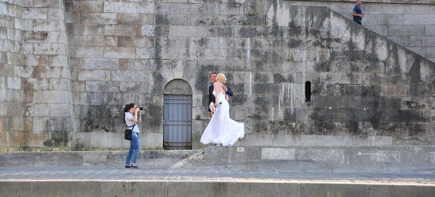Cât costă serviciile unui fotograf de nuntă